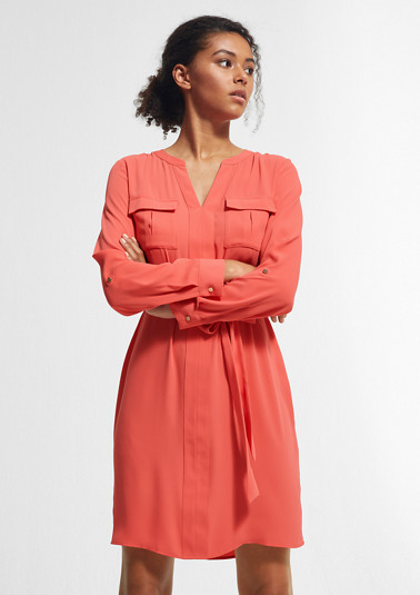 Tailliertes Kleid mit Gürtel