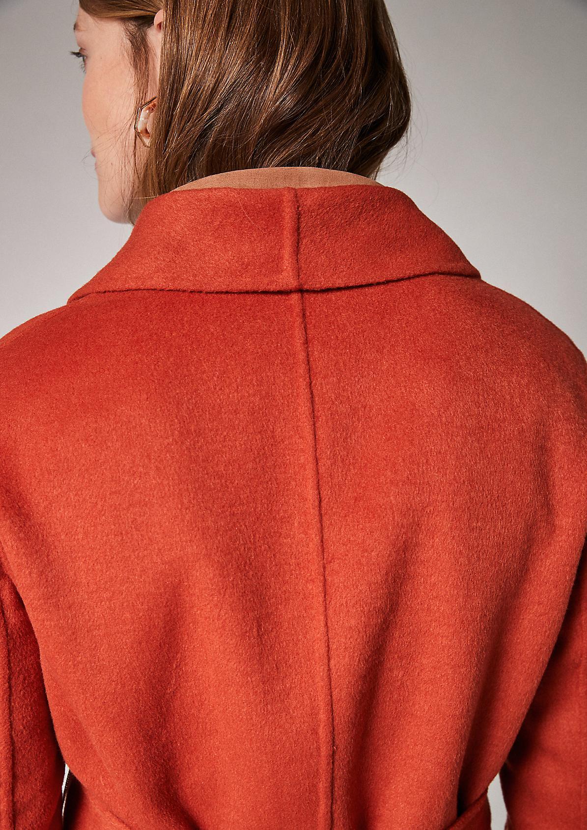 Langer Mantel mit Bindegürtel