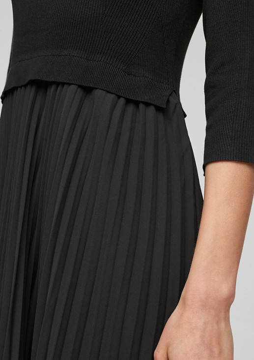 Kleid aus Plissée-Chiffon und Strick