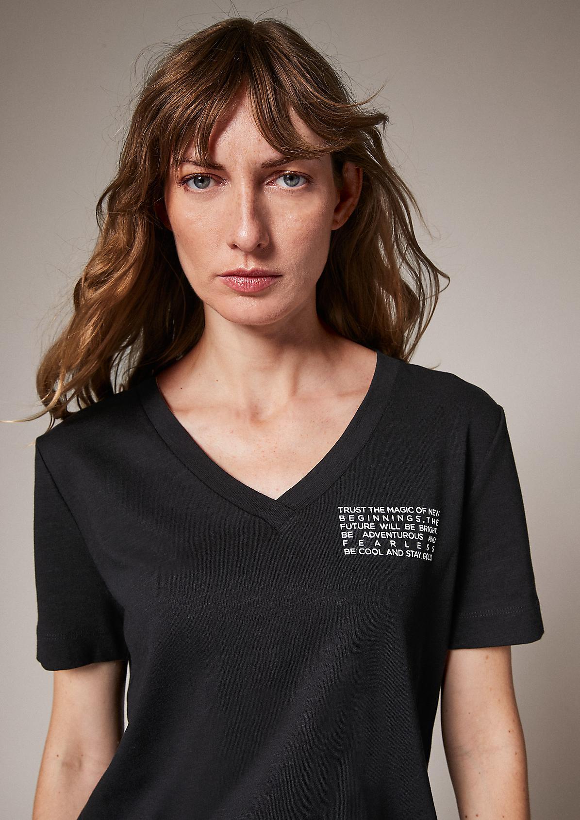 Slub top with a V-neckline from comma