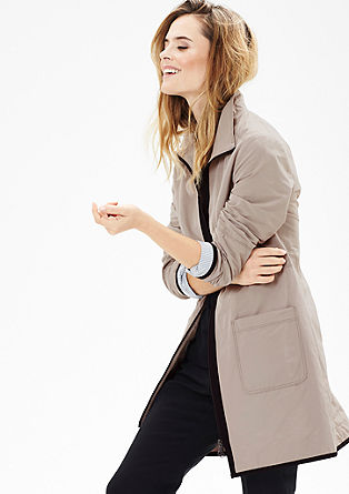 Kabát snylonovým vzhledem a paspulkami