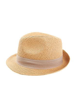 Poletni klobuk s pripeto cvetlico