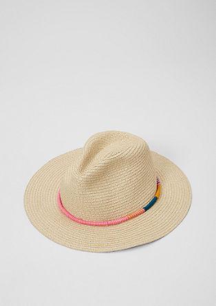Pleten klobuk s pisano okrasno vrvico