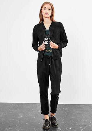 Bluzon s tankimi črtami