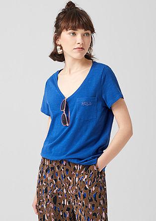 tričko se špičatým výstřihem a náprsní kapsou s patkou