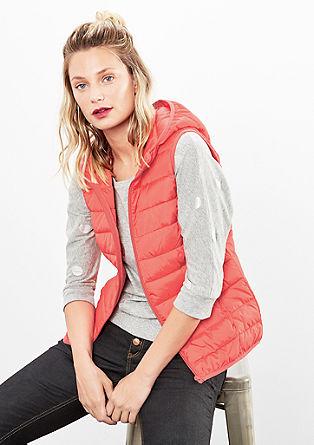 Vypasovaná prošívaná vesta s kapucí
