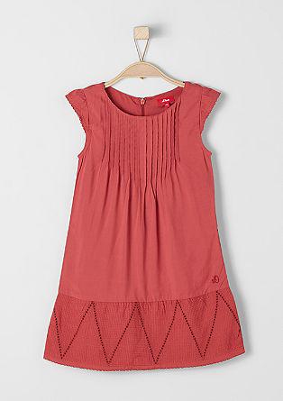 Obleka z naborki in luknjičastim vzorcem