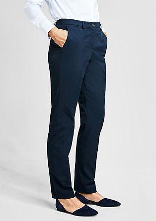Kalhoty se záhyby vpase a tkanou strukturou