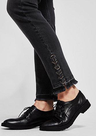 Regular Slim: Jeans mit Lochnieten