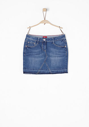 Krátká džínová sukně s obnošeným vzhledem