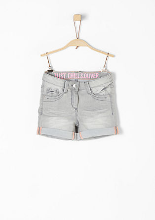 Skinny Suri: Denim-Shorts mit Print