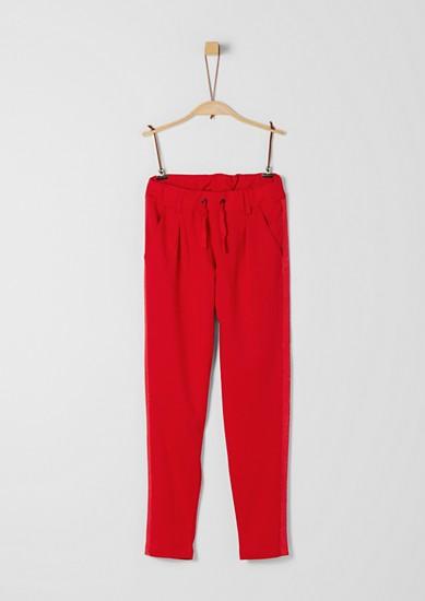 Kalhoty se záhyby v joggingovém stylu