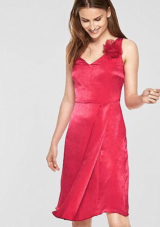 Vypasované šaty s broží