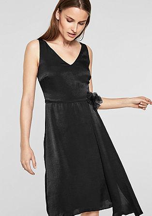 Getailleerde jurk met een broche