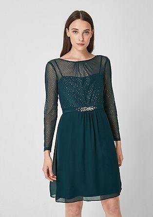 Sierlijke jurk van een materiaalmix