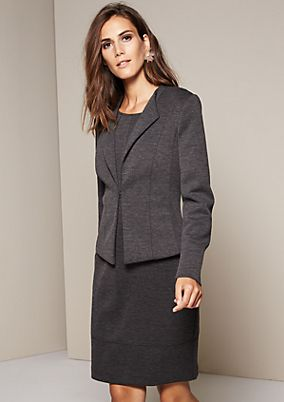 Beautiful short blazer with a hook fastener from comma