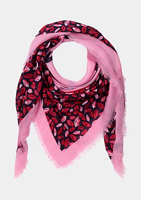 Delicate scarf with an exciting all-over print from comma