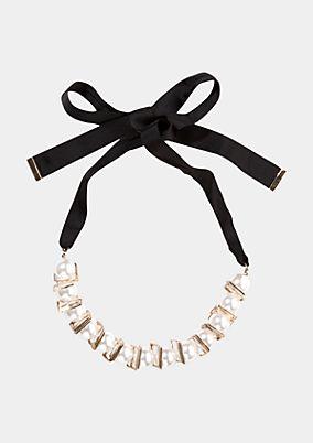 Halskette mit großen Perlen und eckigen Metallverzierungen