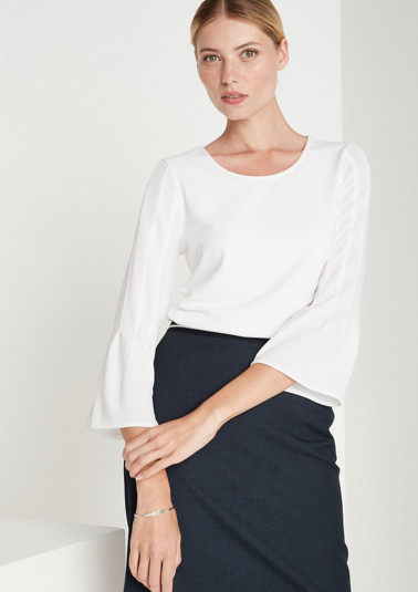 Lightweight top with sophisticated details from comma