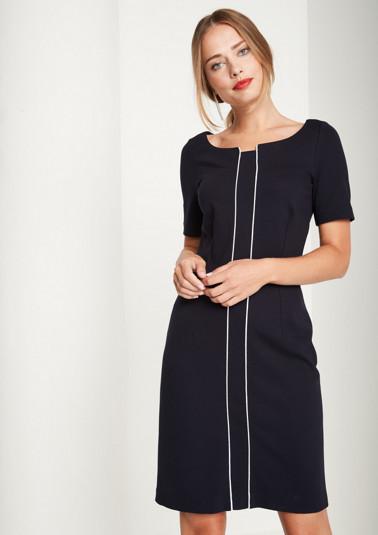 Elegantes Jerseykleid mit kurzen Ärmeln