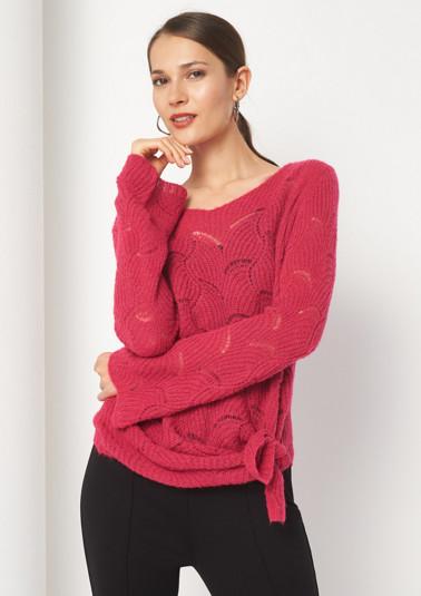 Zarter Pullover mit dekorativem Strickmuster