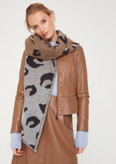 Asymmetric knit scarf with an exciting all-over leopard print pattern from comma