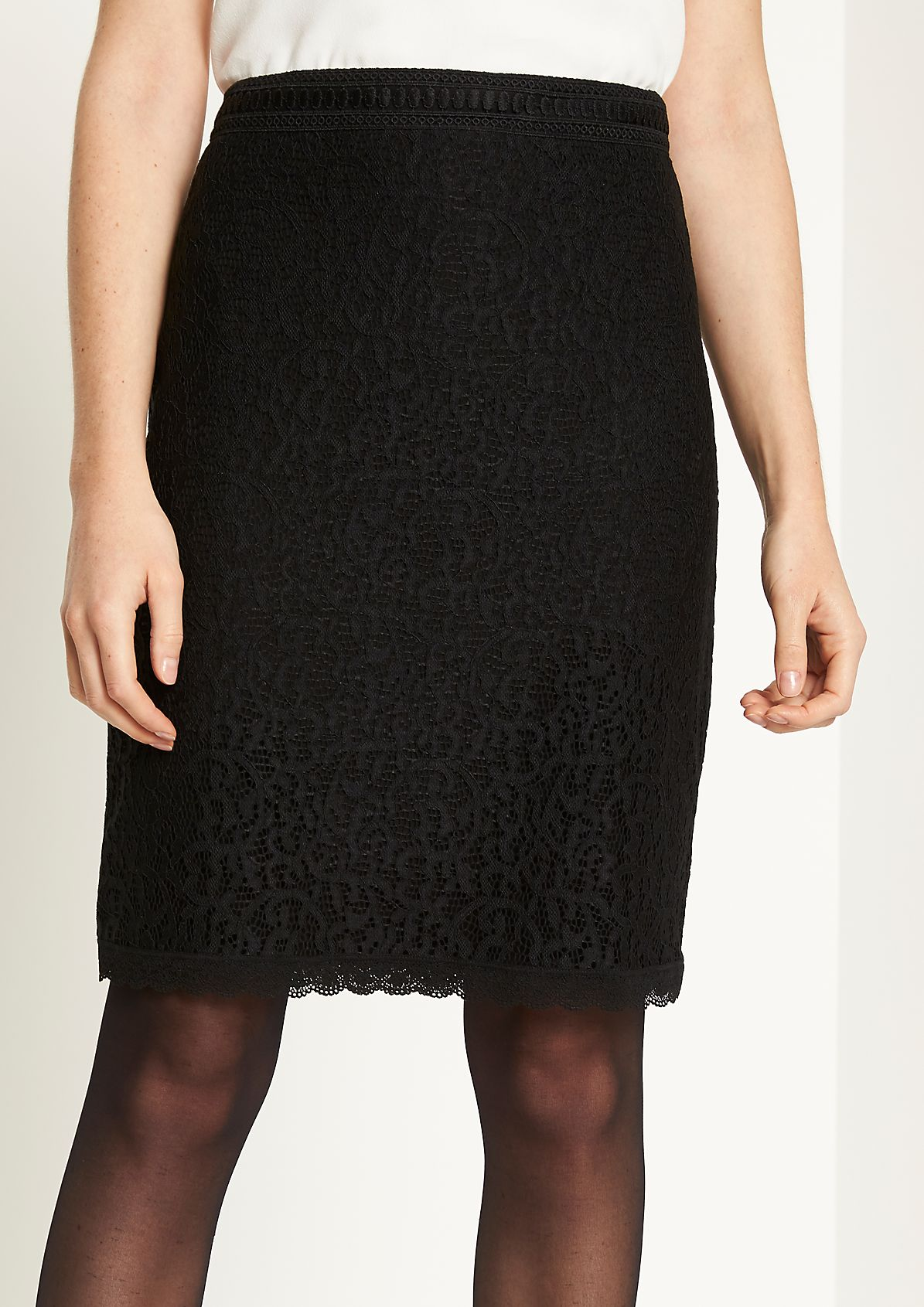 Short skirt in delicate lace from comma