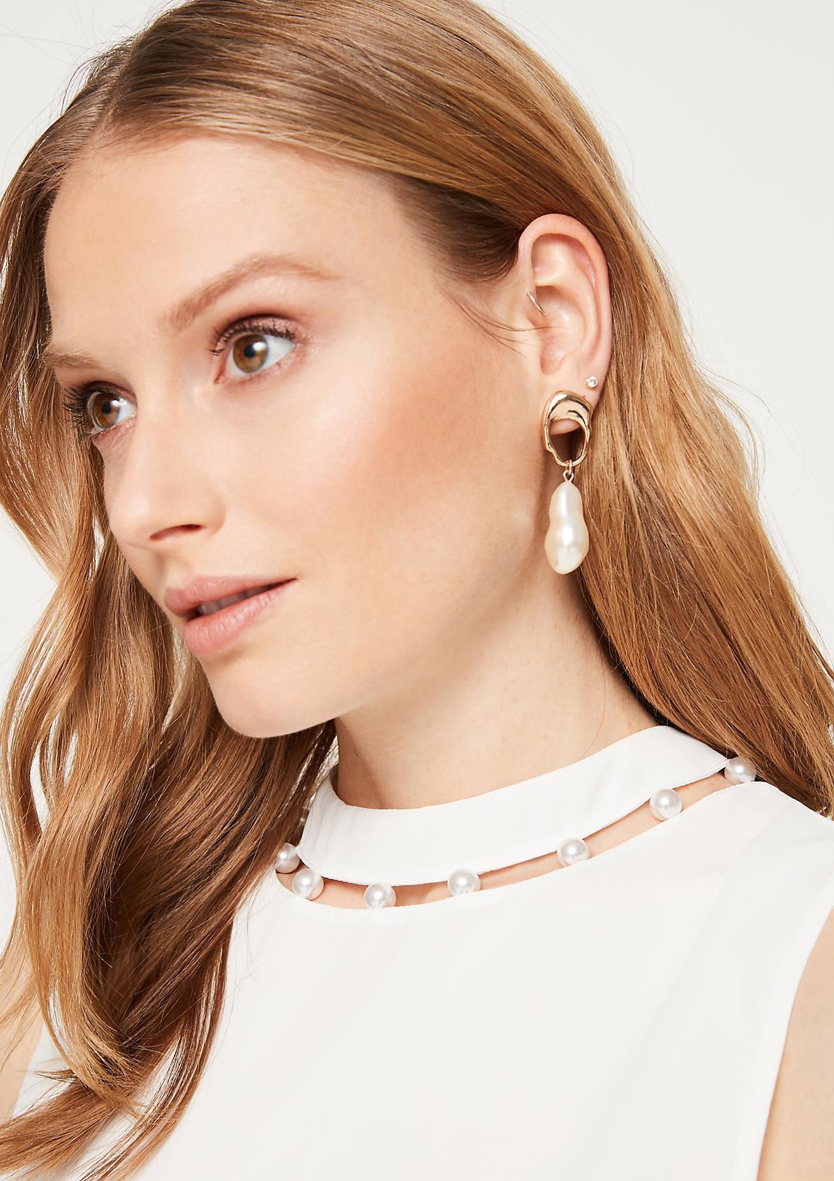 Hauchzartes Krepptop mit Perlenverzierungen