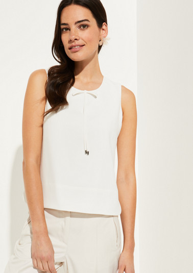 Crêpe top with sophisticated details from comma