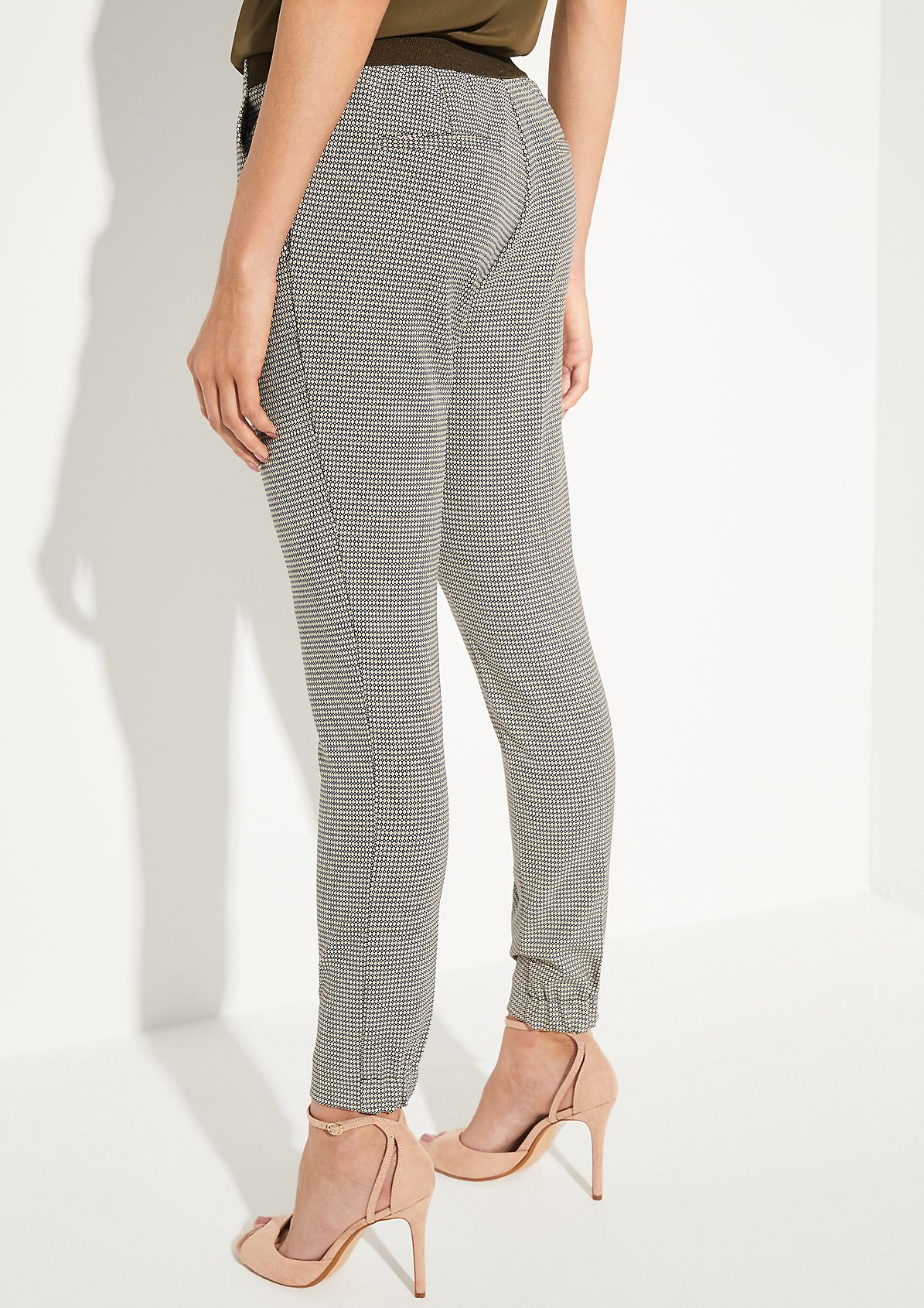 Trousers with a decorative minimal pattern from comma