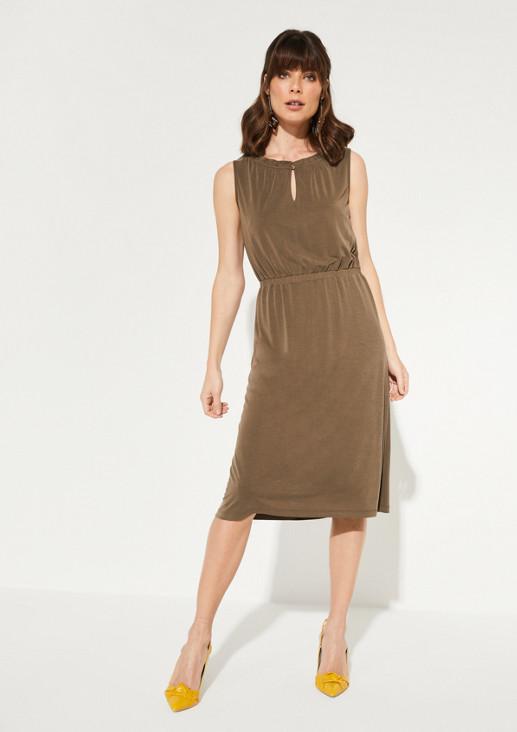 Kurzes Kleid mit Rüschenverzierungen