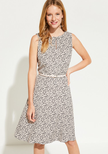 Patterned dress with a thin belt from comma