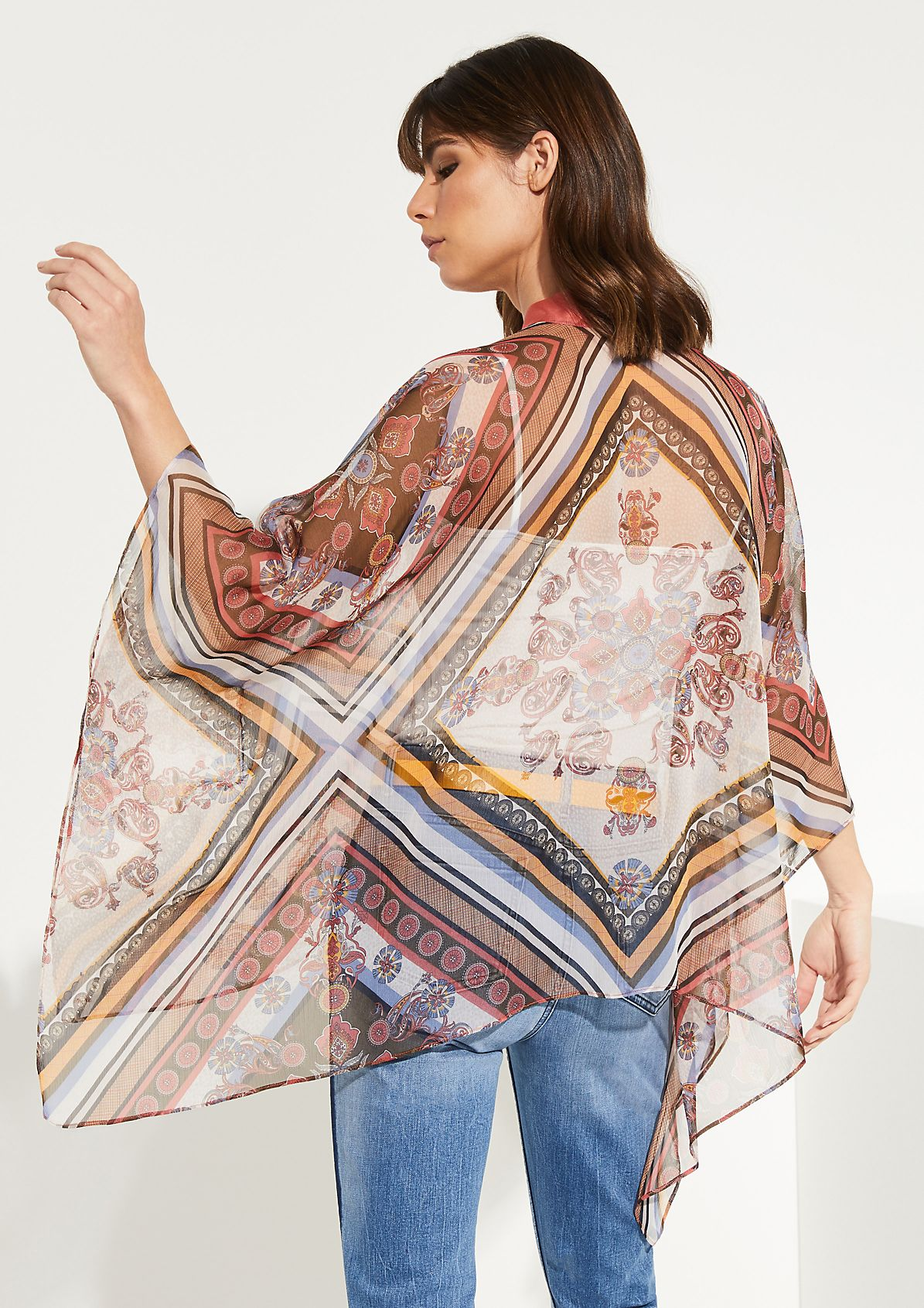 Delicate chiffon cape with a colourful all-over print from comma