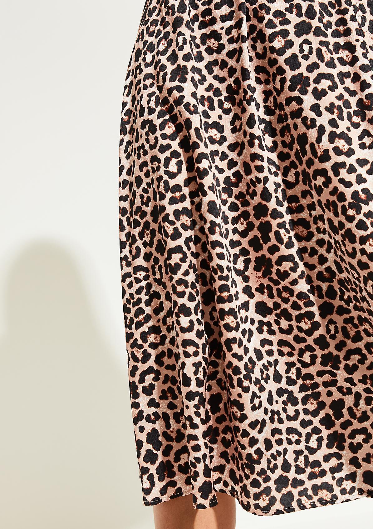 Satinrock im extravaganten Leopardenlook