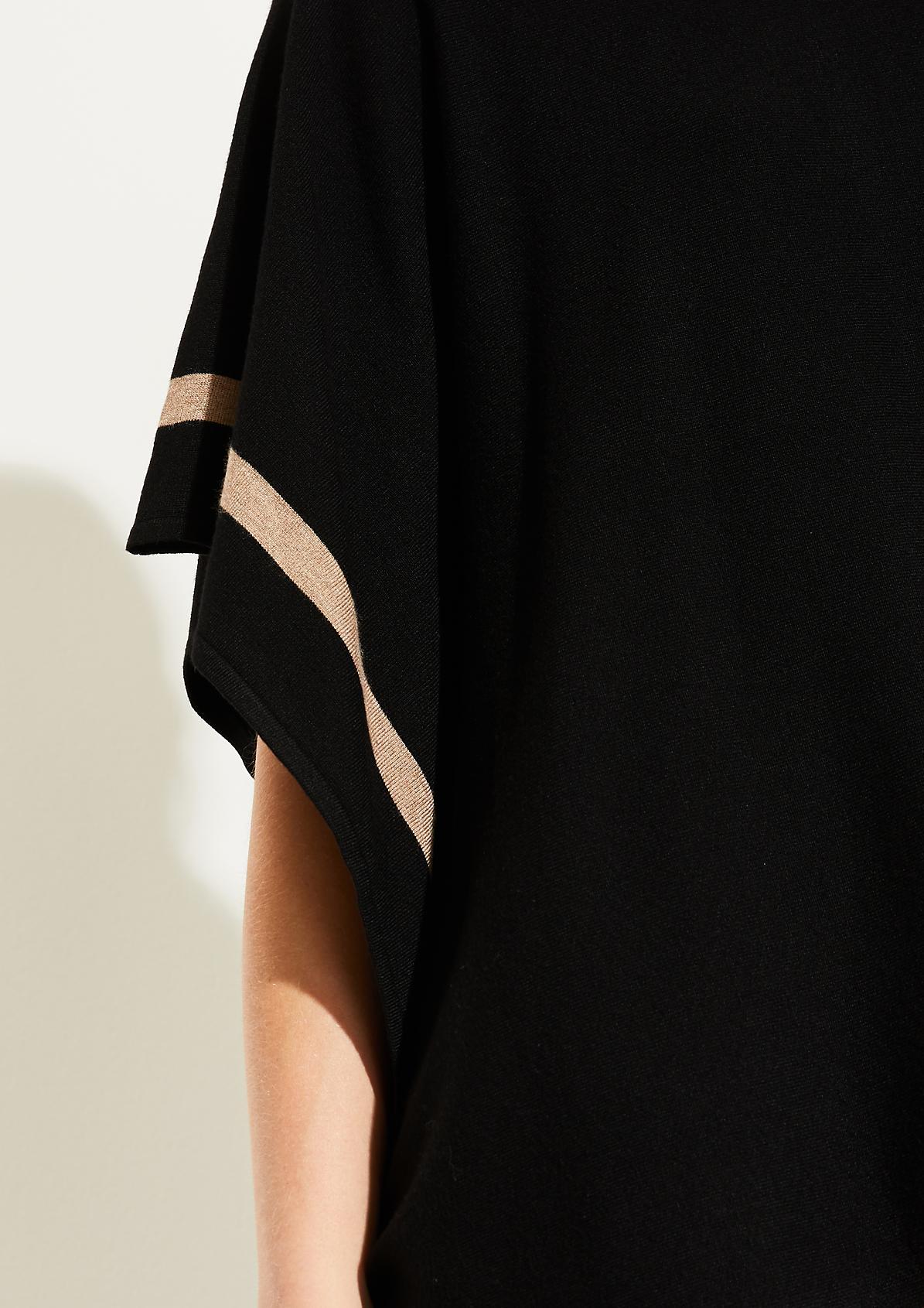 Feinstrickponcho mit Zierstreifen