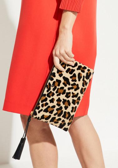 Abendtasche mit aufwendig gestaltetem Leopardenmuster