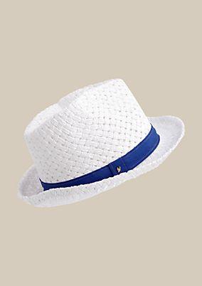 Sommerlicher Strohhut mit kontrastigem Hutband