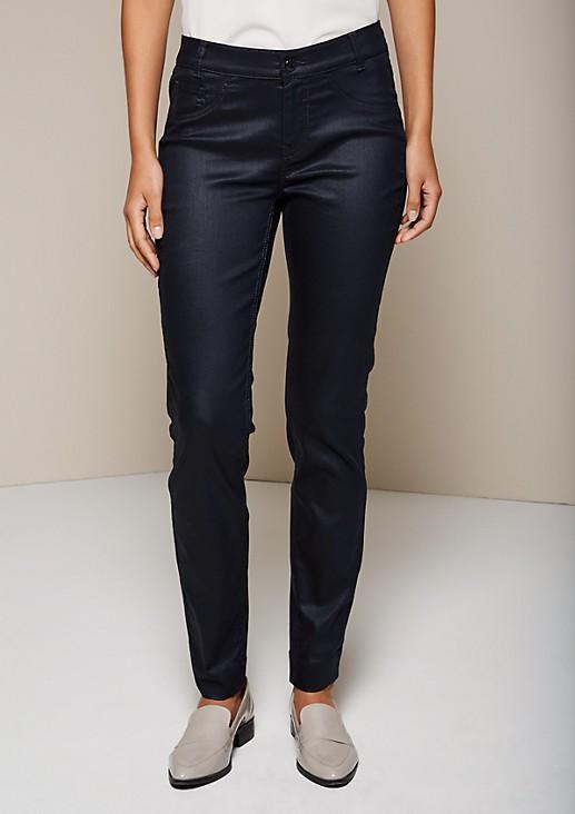 Legere Jeans mit matt glänzender Beschichtung