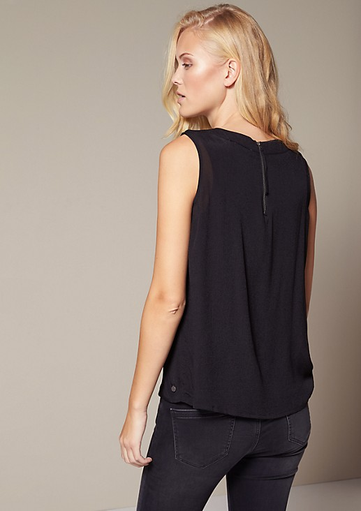 Delicate crêpe top with a shiny sequin trim from comma