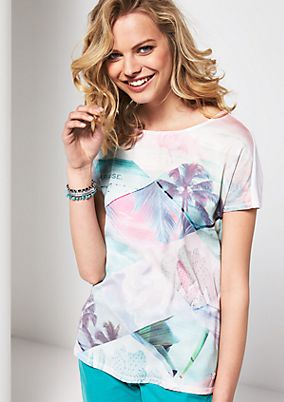 Lightweight short sleeve top with an exciting front print from comma