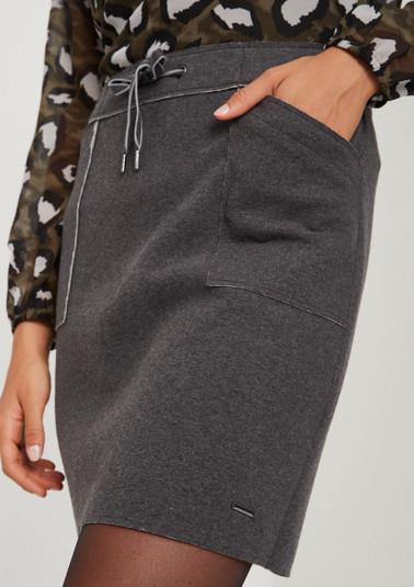 Kurzer Jerseyrock mit aufgesetzten Taschen
