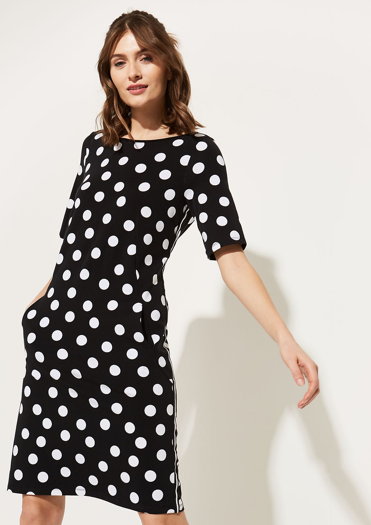 Kurzarm-Jerseykleid mit smartem Alloverprint