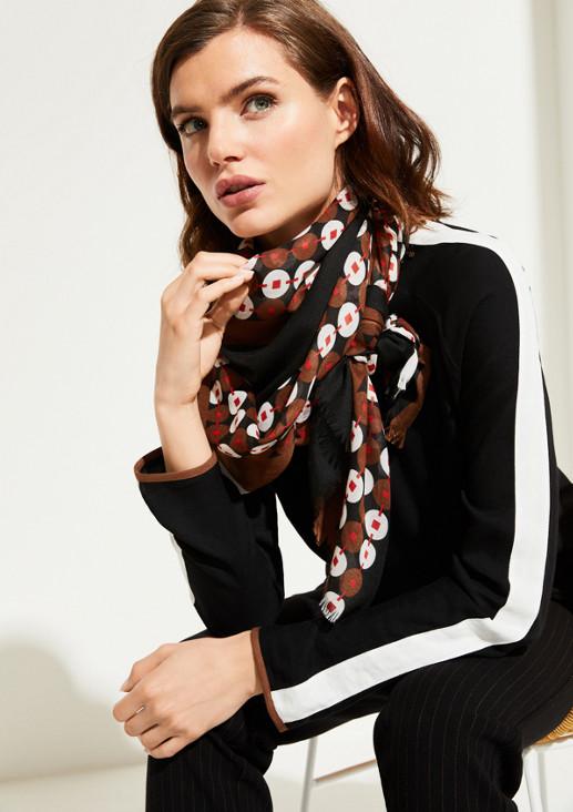 Zarter Schal mit aufwendig gestaltetem Muster