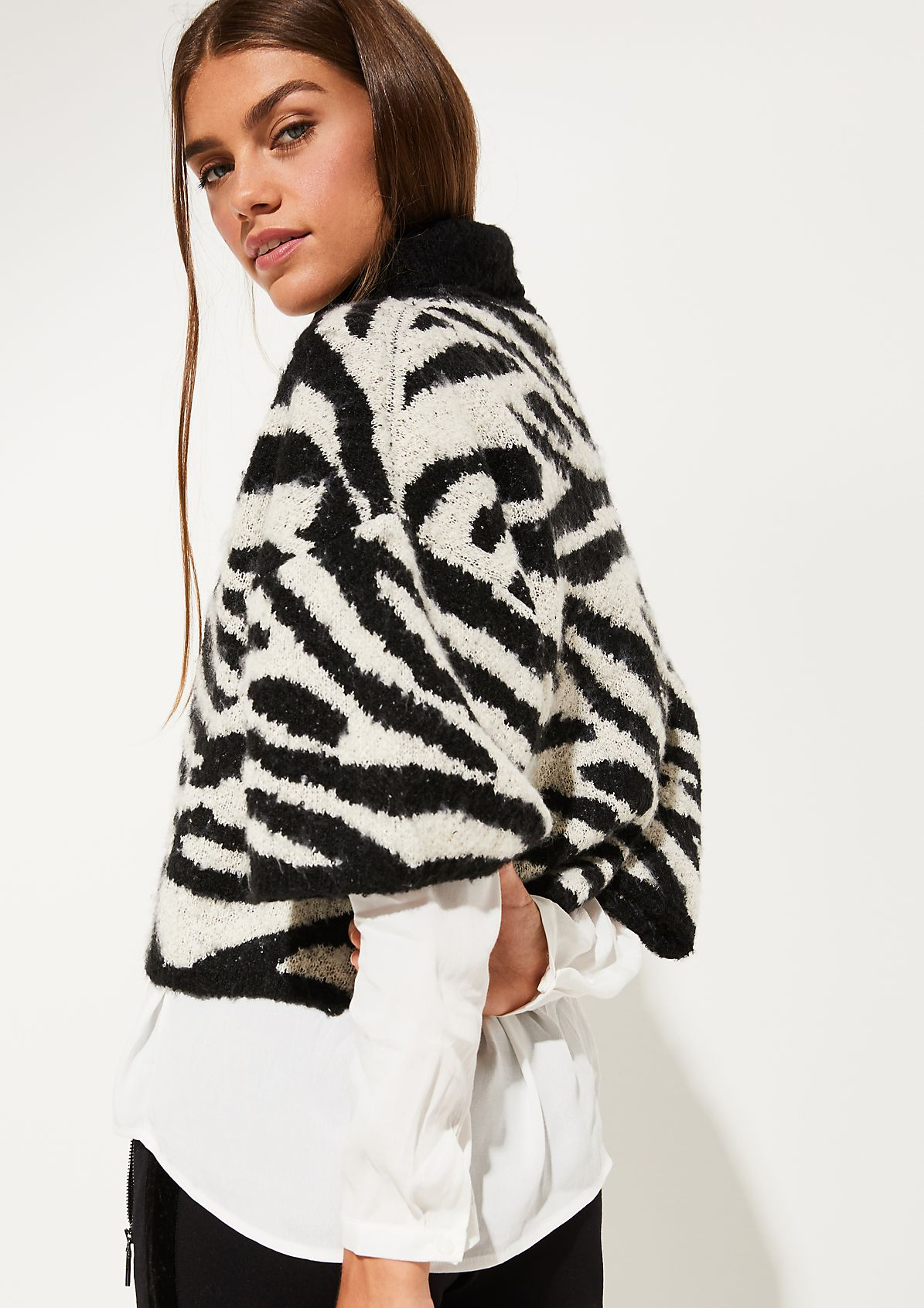 Short sleeve knitted poncho with decorative all-over pattern from comma