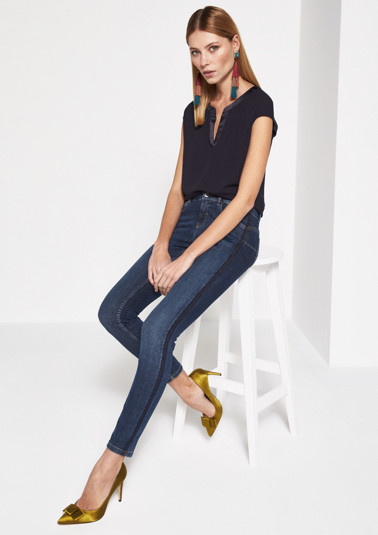 Klassische Jeans mit Paillettenverzierungen
