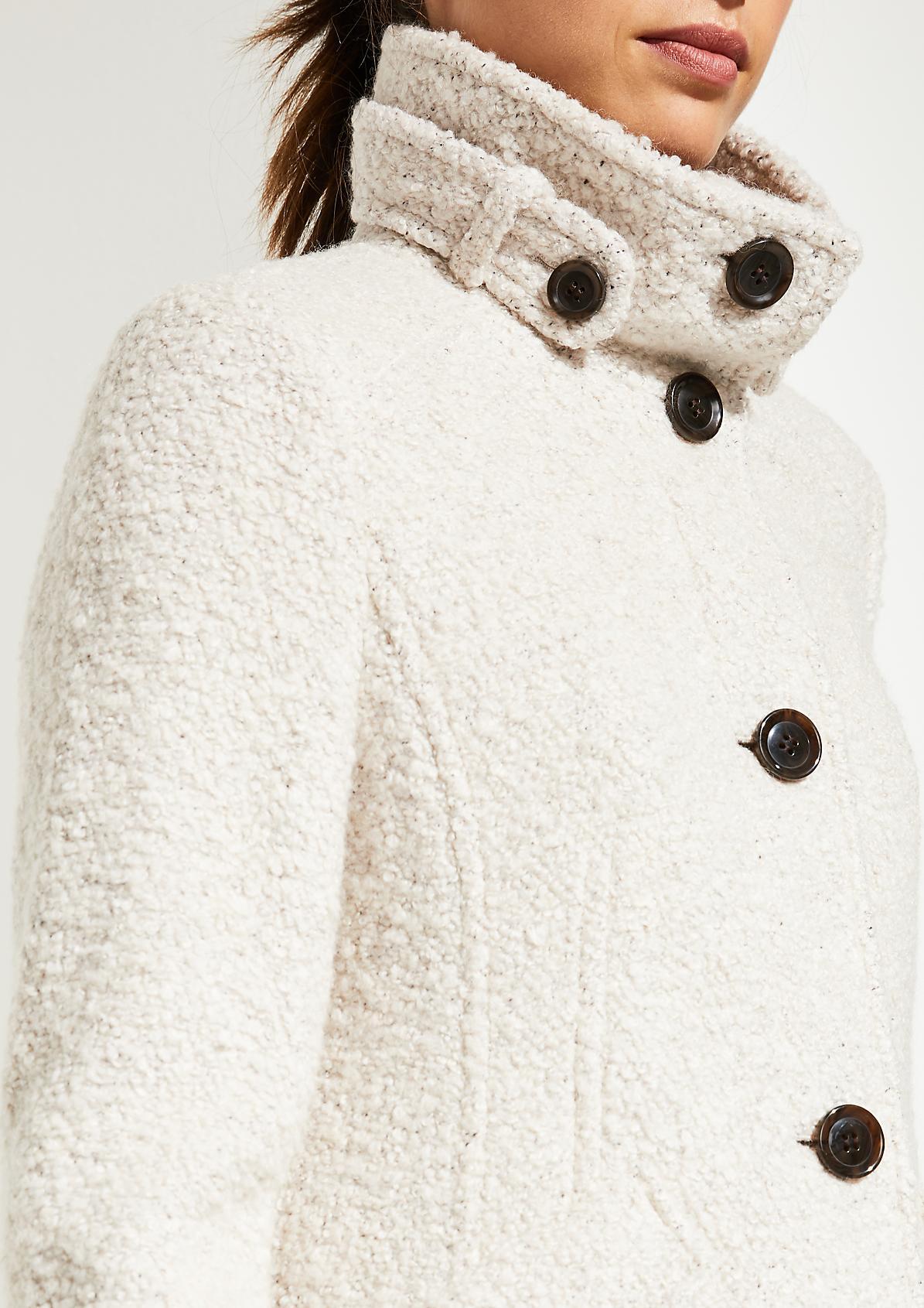 Boucle-Mantel mit raffinierten Detailarbeiten