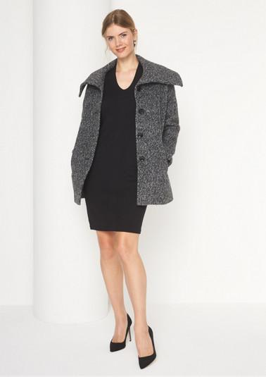 Warmer Mantel aus graumelangiertem Bouclé