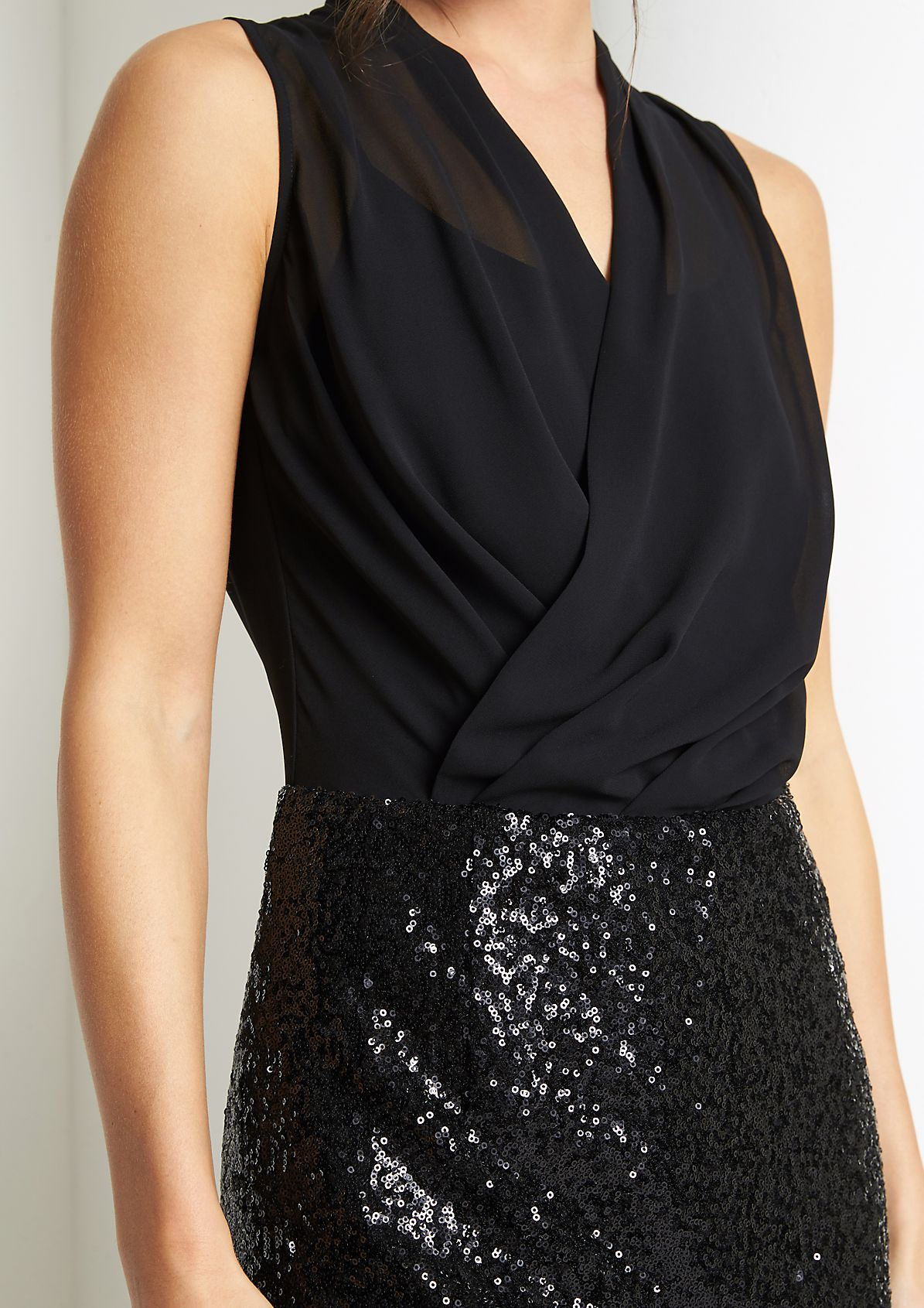 Abendkleid mit glitzernder Paillettenverzierung