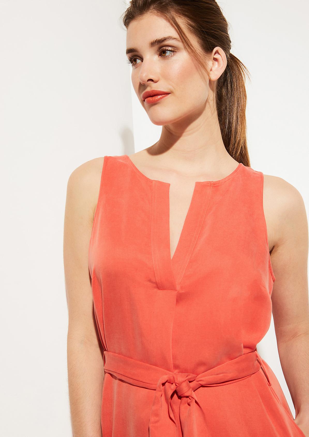 Kleid mit breitem Stoffgürtel