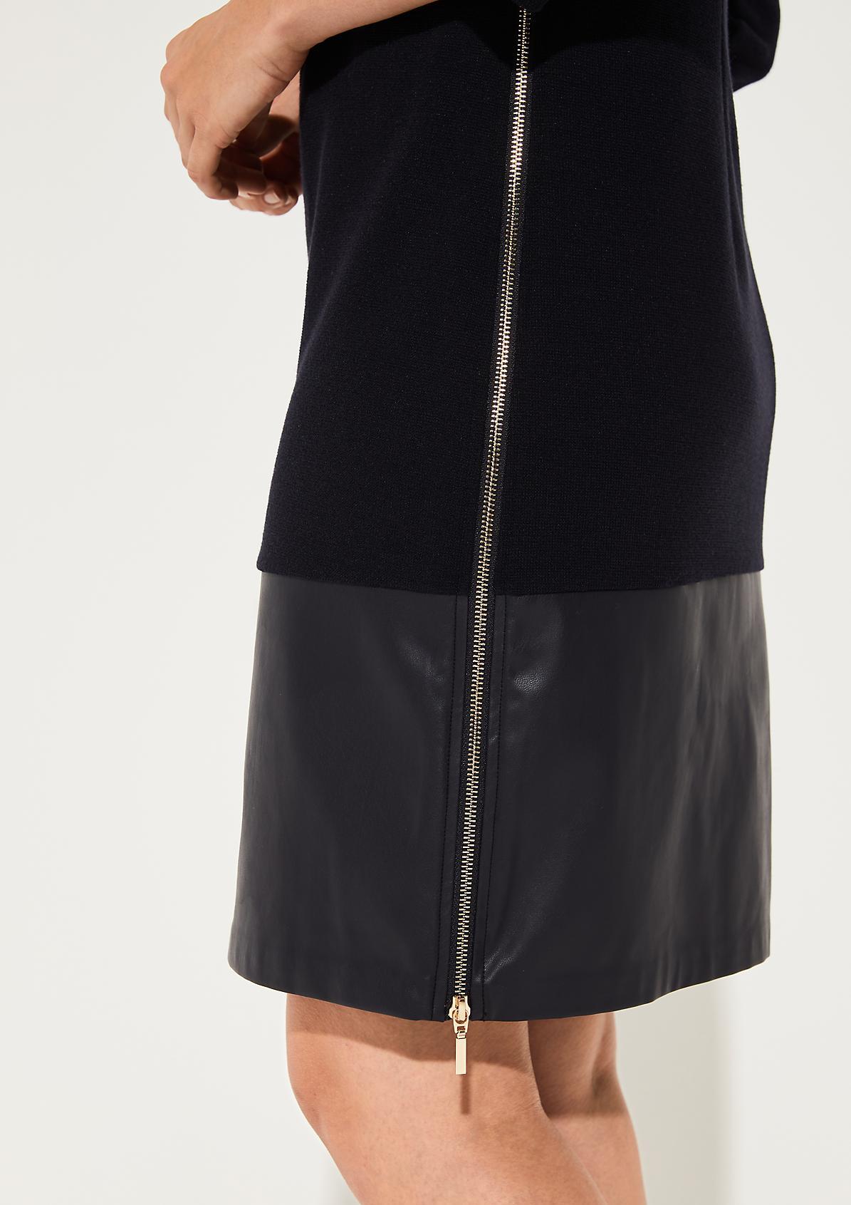 Feinstrickkleid mit breiter Saumblende aus Kunstleder
